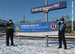 Feiert Bundespolizei ungeräumte und nicht gestreute Bahnanlagen Riesige Banner Lebensgefahr mit Symbol fallender Fahrgast